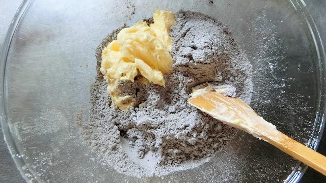 各粉類にバターと砂糖、卵黄を混ぜたものを半量ずつ加えて混ぜる