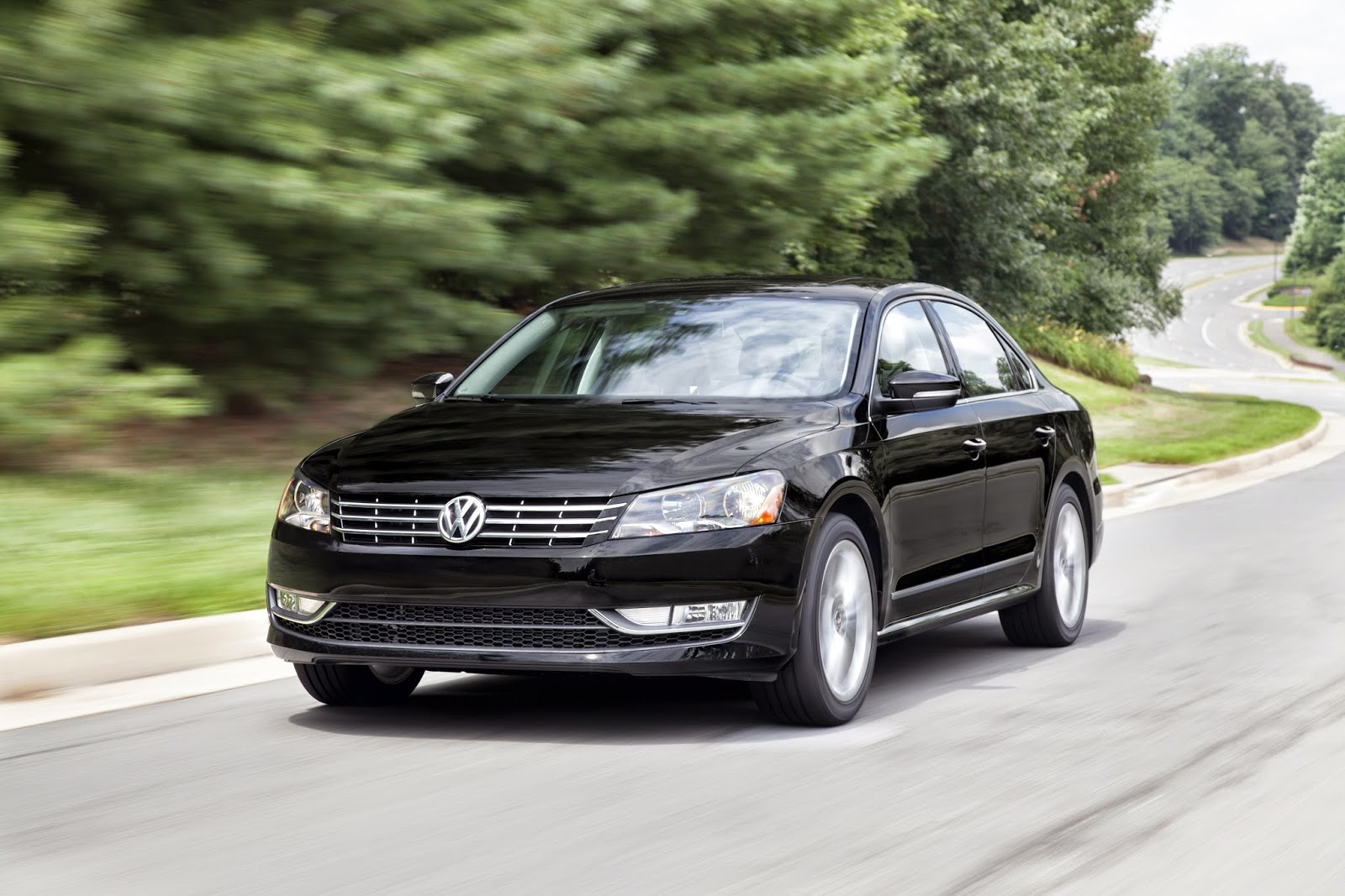 Front 3/4 view of 2014 Volkswagen Passat