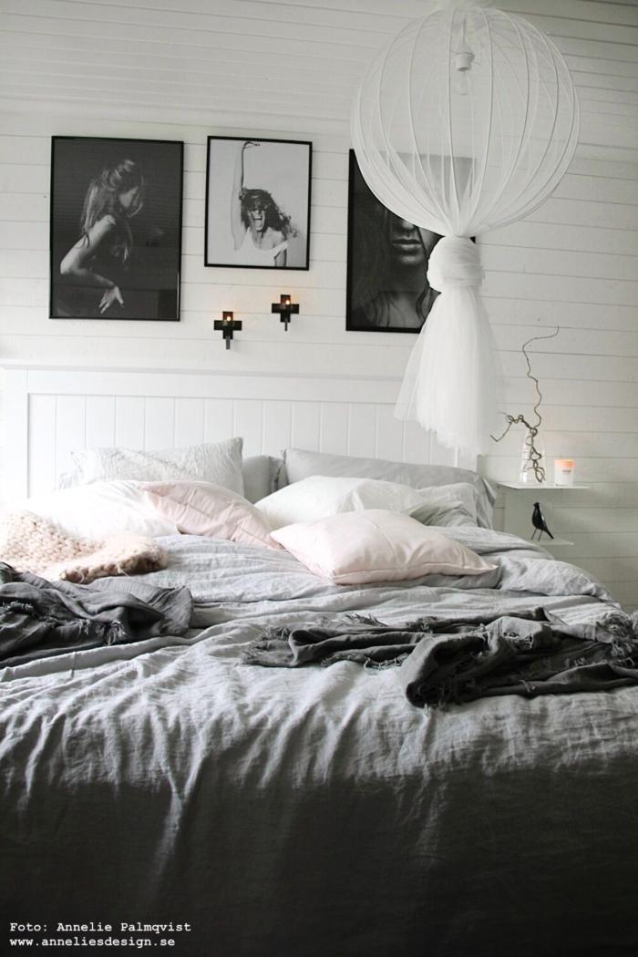 annelies design, webbutik, webbutiker, inredning, sovrum, sovrummet, grått, gråa, rosa, vitt, vita, vit, liggande panel, tavlor, tavla, lampa, diy, sängbord, säng, tempur, sova, kuddar, väggljusstake, väggljusstakar, ljusstake, ljusstakar, doftljus, meraki, dekoration