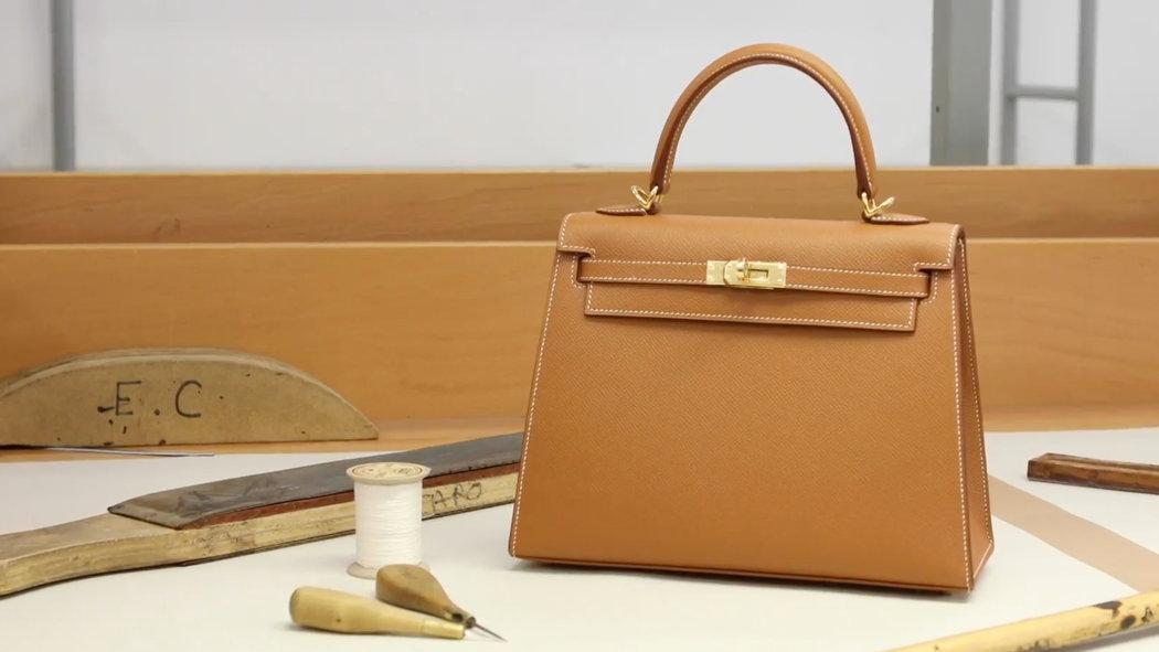 3f442473e4551 Źródło zdjęcia:  https://www.nytimes.com/video/t-magazine/fashion/100000006361342/the-making-of-an- hermes-kelly-bag.html.