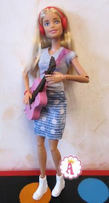 Barbie с красными наушниками и музыкальными инструментами