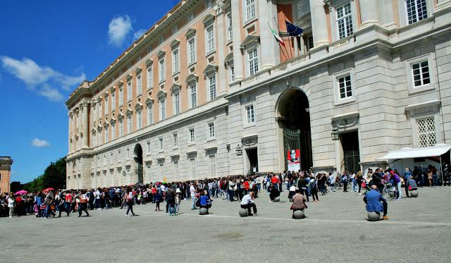facciata palazzo, Reggia di Caserta, turisti, visitatori, folla