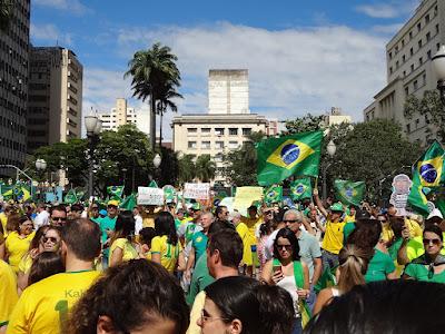 A urgência das manifestações para expulsar o PT da vida política, a pouca presença dos jovens e o ideal das manifestações no futuro