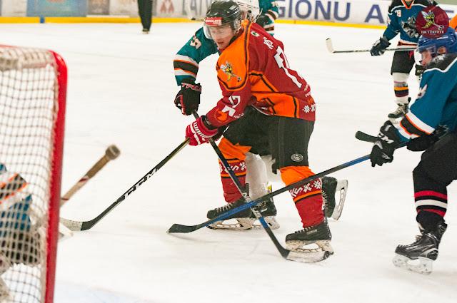 Hokejistu cīņa vārtu priekšā