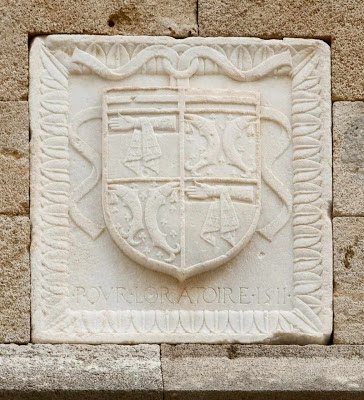 O escudo do Grão Mestre ainda perdura nos muros de Rodas