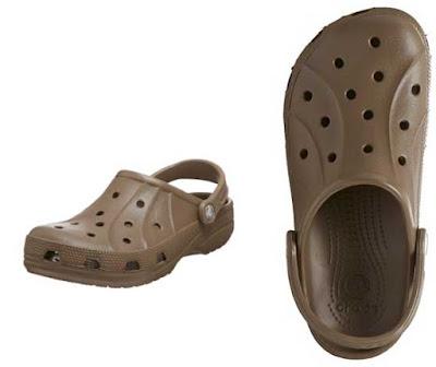zuecos de la marca Crocs para mujer marrones