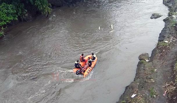 Petugas melakukan penyisiran di sungai