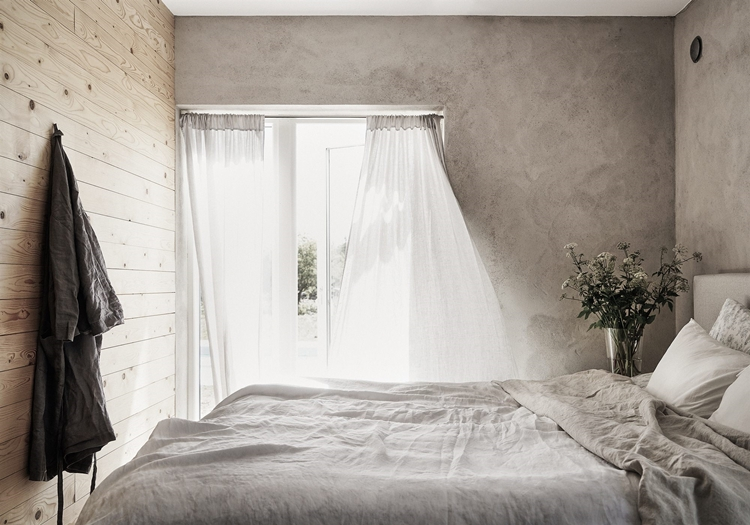 dormitorio-estilo-nordico-pared-madera-sabanas-lino-paredes-grises-cortina-blanca-decoracion-nordica-alquimia-deco