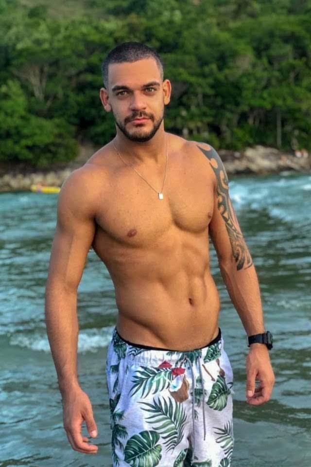 Caique Aguiar exibe tanquinho na praia de Guarujá. Foto: Renato Cipriano/RZ Assessoria