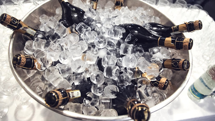 Wallpaper: Champagnes in ice cubes