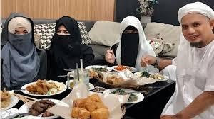 Ustadz Arifin Ilham Bagikan Video Santai di Mal Bareng 3 Istri. Benci Poligami Jangan Lihat!
