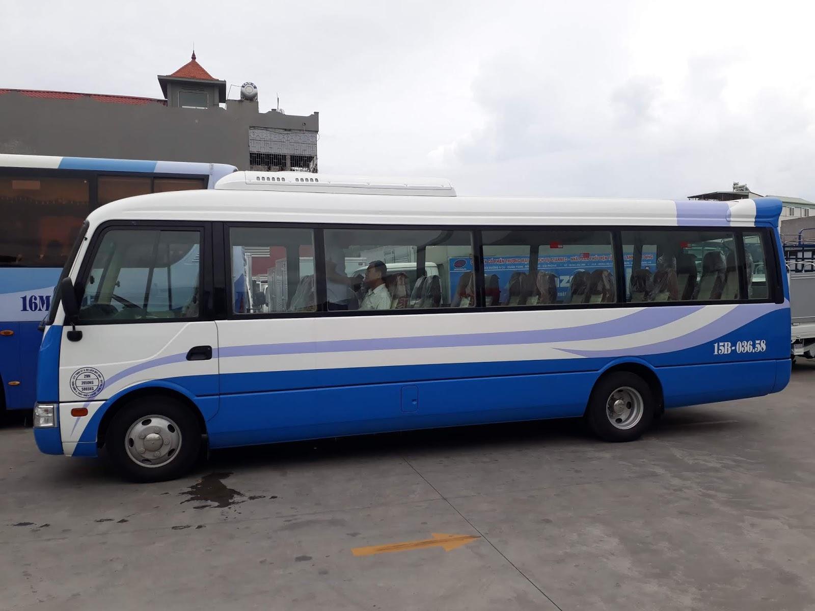 Xe khách 29 chỗ ngồi Thaco Fuso màu trắng xanh