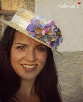 Marta de boda con pelo suelto y canotier desmontable