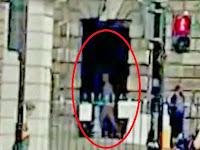 Hantu Terlihat Melintas Di Pintu Gereja