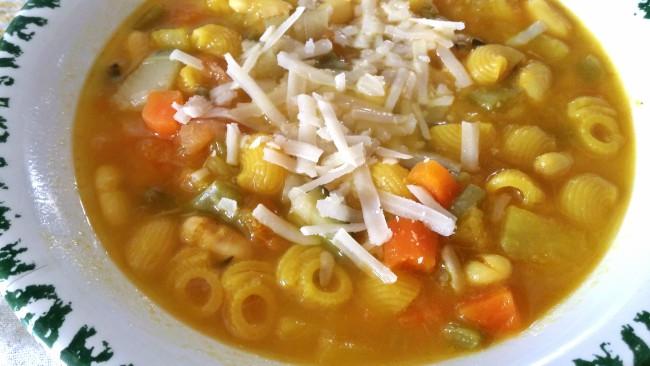 Una completa sopa con pasta y alubias