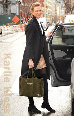 カーリー・クロス(Karlie Kloss)は、ラグアンドボーン(Rag & Bone)のコート、カルヴェン(Carven)のミニスカート、バレンシアガ(Balenciaga)のトートバッグ、スチュアートワイツマン(Stuart Weitzman)のサイハイブーツを着用。