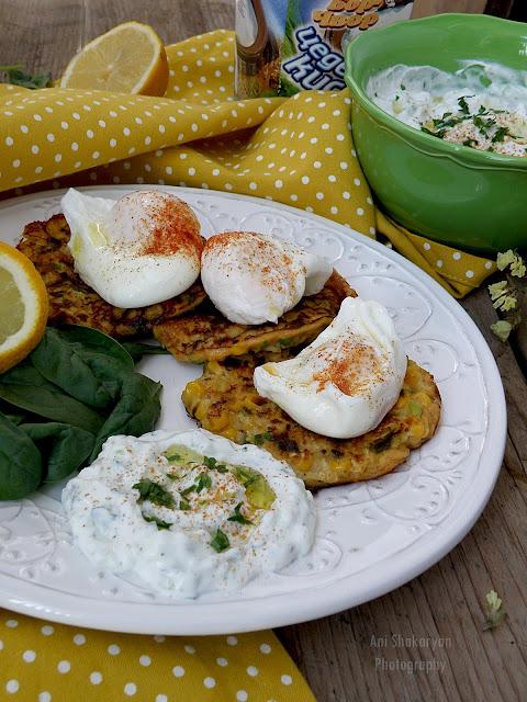 Кюфтенца от тиквички и царевица с поширано яйце и салата Дзадзики