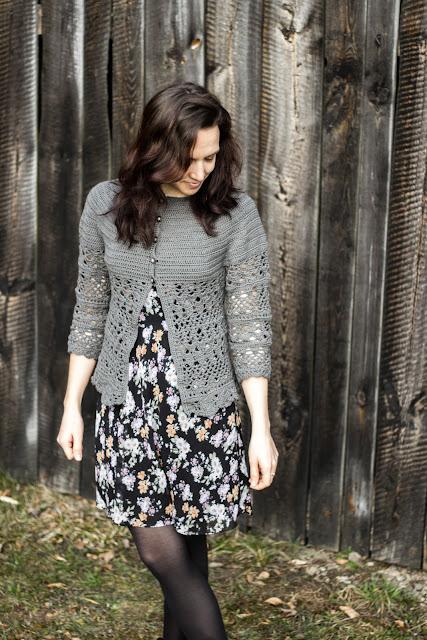 """Gehäkelte Jacke """"Lacey Days Jacket"""" mit Lochmuster nach einer gratis Anleitung von Drops Design, diy crochet cardigan drops cotton"""