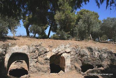 ישראל בתמונות: בית עלמין שומרוני בכפר שמריהו