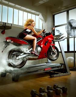 Mujer rubia con lindas piernas en motocicleta
