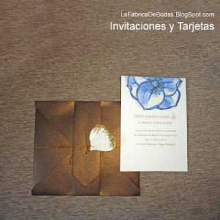 Diseñador  de tarjeta imprimible en flor azul amapola con diseño de fino sobres cafe perlado cobre cerrado co cordon dorado