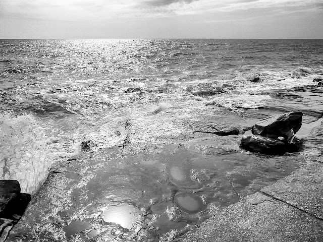 El mar ,unas rocas en la costa y la luz del sol que lo baña todo