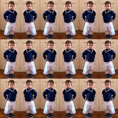 Der Wiener Matrosenanzug in der Classic Edition - hier zu sehen mit blauem Hemd und weißer Hose. Aus 100 % Baumwolle und hergestellt in Wiener Manufaktur.