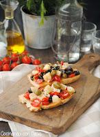Tostadas con tomate, olivas negras y queso manchego