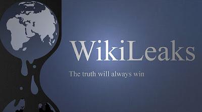Sejarah WikiLeaks     Nama domain untuk WikiLeaks didaftarkan pada 4 Oktober 2006 namun situs webnya baru diluncurkan secara resmi pada Desember 2006. Dari beberapa orang yang ikut mendirikan WikiLeaks, hanya Julian Assange yang diketahui identitasnya oleh publik. Assange juga menjabat sebagai direktur dan anggota dari Dewan Penasehat WikiLeaks.Sebelum mendirikan WikiLeaks, Assange yang berasal dari Australia merupakan seorang penerbit dan jurnalis.Julian Assange dipilih untuk mewakilkan WikiLeaks di publik karena keadaan dirinya yang tidak memiliki rumah ataupun keluarga sehingga dianggap merupakan sosok yang tepat. Sementara itu, pendiri WikiLeaks yang lainnya memilih untuk tidak mengungkapan identitasnya karena dapat membahayakan keselamatan keluarga mereka.  Pada tahun pertamanya, situs WikiLeaks menerima sebanyak 1,2 juta dokumen dan kini menerima 10,000 dokumen setiap harinya. Pada awal pendiriannya, situs WikiLeaks menggunakan mesin MediaWiki yang digunakan juga pada situs Wikipedia. Hal ini memungkinkan siapa saja menaruh dokumen pada situs tersebut tetapi tanpa diketahui identitasnya. Dokumen pertama yang dibocorkan oleh WikiLeaks adalah sebuah keputusan oleh Uni Pengadilan IslamSomalia yang mengharuskan pengeksekusian beberapa pejabat negara.  Layanan Hosting   Pada awalnya, situs WikiLeaks menggunakan jasa layanan hosting yang disediakan oleh PRQ yang berbasis di Swedia. PRQ memberikan jasa hosting yang aman tanpa mempertanyakan atau menyimpan