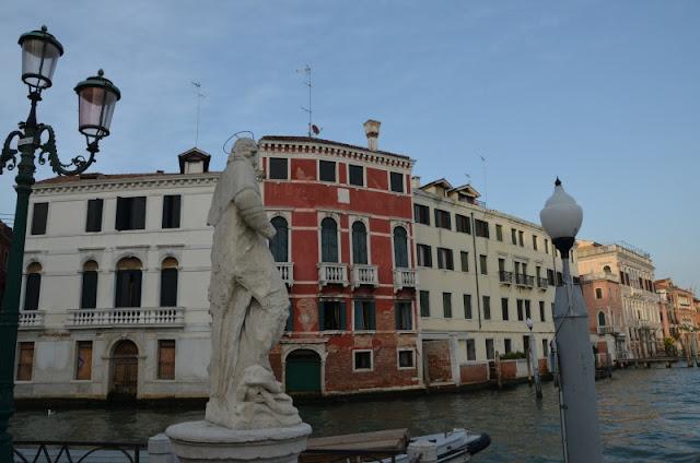 Jediná socha na břehu Vlkého kanálu v Benátkách, Sv. jan Nepomucký