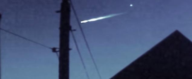 Um objeto menor apareceu para romper com a bola de fogo. Crédito da imagem: YouTube / Ken Roberts
