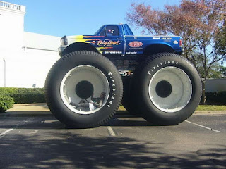 camioneta con ruedas gigantes