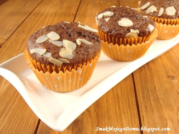 Czekoladowe muffinki z płatkami migdałowymi