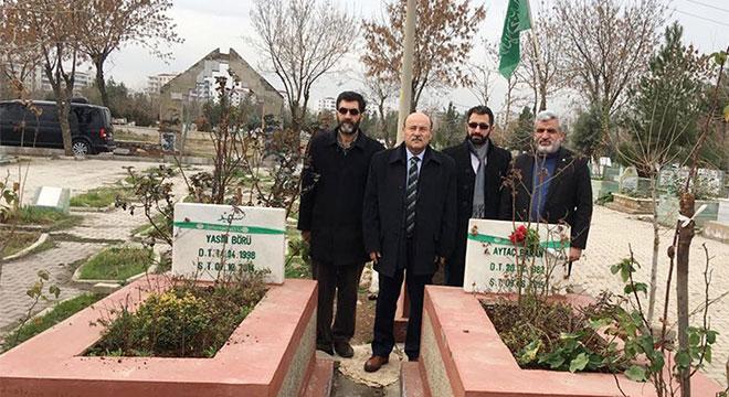 Bem-Bir-Sen Genel Başkanı Mürsel Turbay, HÜDA PAR heyetiyle 6-8 Ekim şehitlerini ziyaret etti