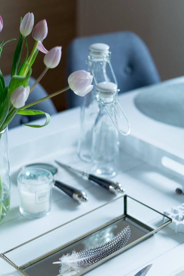 Blog + Fotografie by it's me!   fim.works   Tulpen, Glasflaschen, Feder vom Perlhuhn