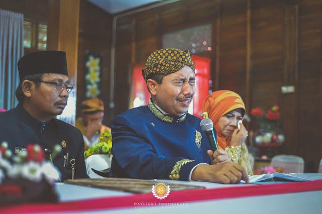 foto ekspresi orang tua pengantin perempuan ketika menikahkan putrinya
