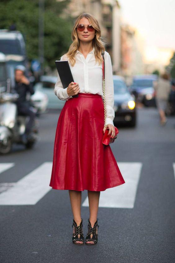 Camisa branca com saia vermelha