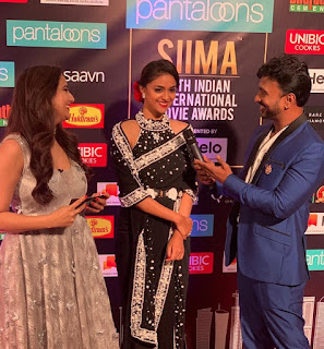 Keerthy Suresh in Black Saree with Cute Smile Entry at SIIMA Awards 2019
