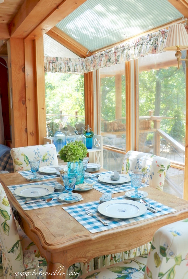 coordinate-room-items-with-coastal-country-tablesetting