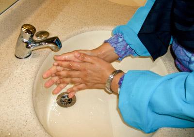 امرأة تستحم 25 مرة وتغسل يديها 300 مرة يوميا