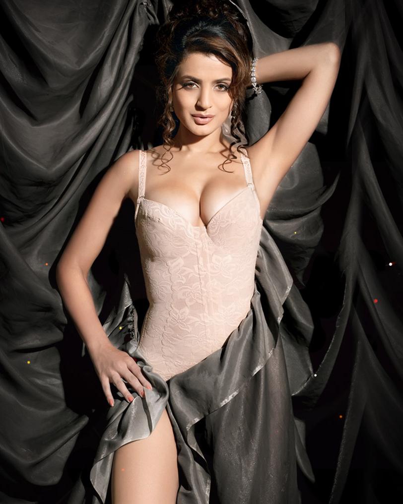 Hot sexy amisha patel bikini bra naval boobs cleavage photos