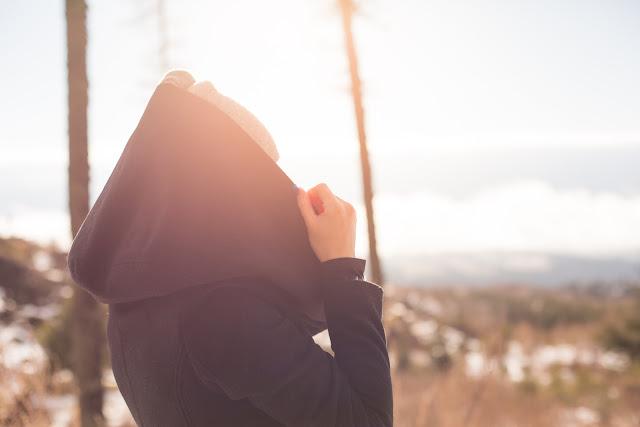 Semaine de prévention du suicide, fille dehors, capuchon