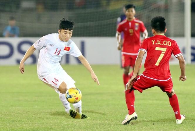 Ông Hữu Thắng đã bổ sung đồng đội hỗ trợ Xuân Trường trong lúc Tuấn Anh vắng mặt.