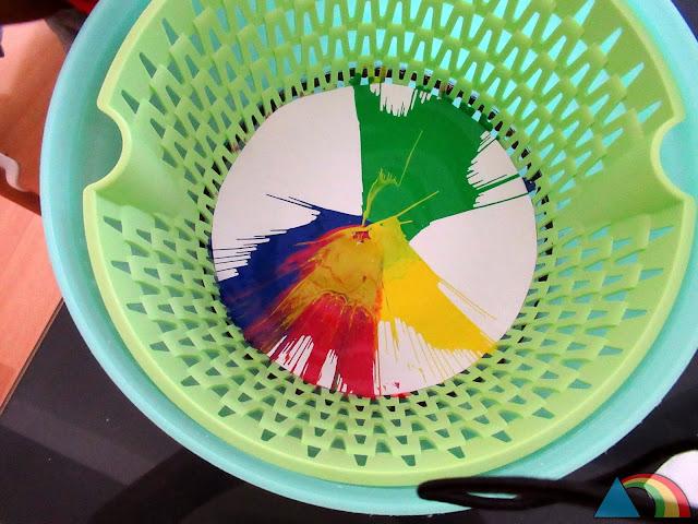 Papel con pintura después de pasar por una centrifugadora de verduras