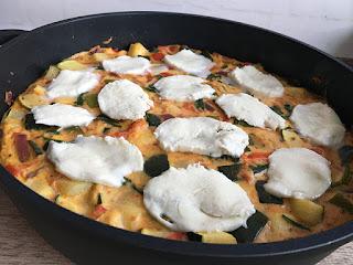 Omlet włoski z cukinią i serem mozzarella
