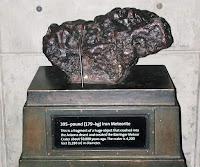 Arizona çöllerine düşmüş olan ve sergilenen gerçek bir meteor veya gök taşı