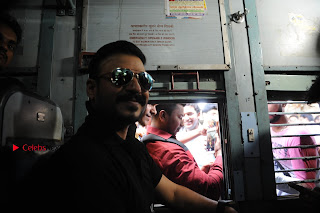 Bollywood Actor Vivek Oberoi Snapped Travelling by Local Train to Kelve  0020.JPG