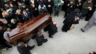 Υποψήφια δημοτική σύμβουλος μοίρασε κάρτες σε κηδεία
