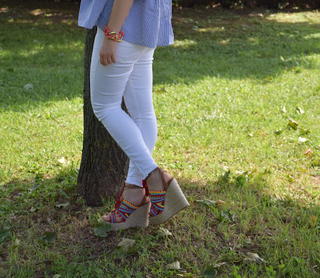 outfit jeans skinny bianchi come abbinare i jeans skinny bianchi idee outfit jeans skinny bianchi outfit luglio 2017 outfit estivi mariafelicia magno fashion blogger colorblock by felym fashion blog italiani blog di moda zeppe con lacci e pon pon