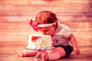 Foto Bayi Lucu Makan Kue Ulang Tahun